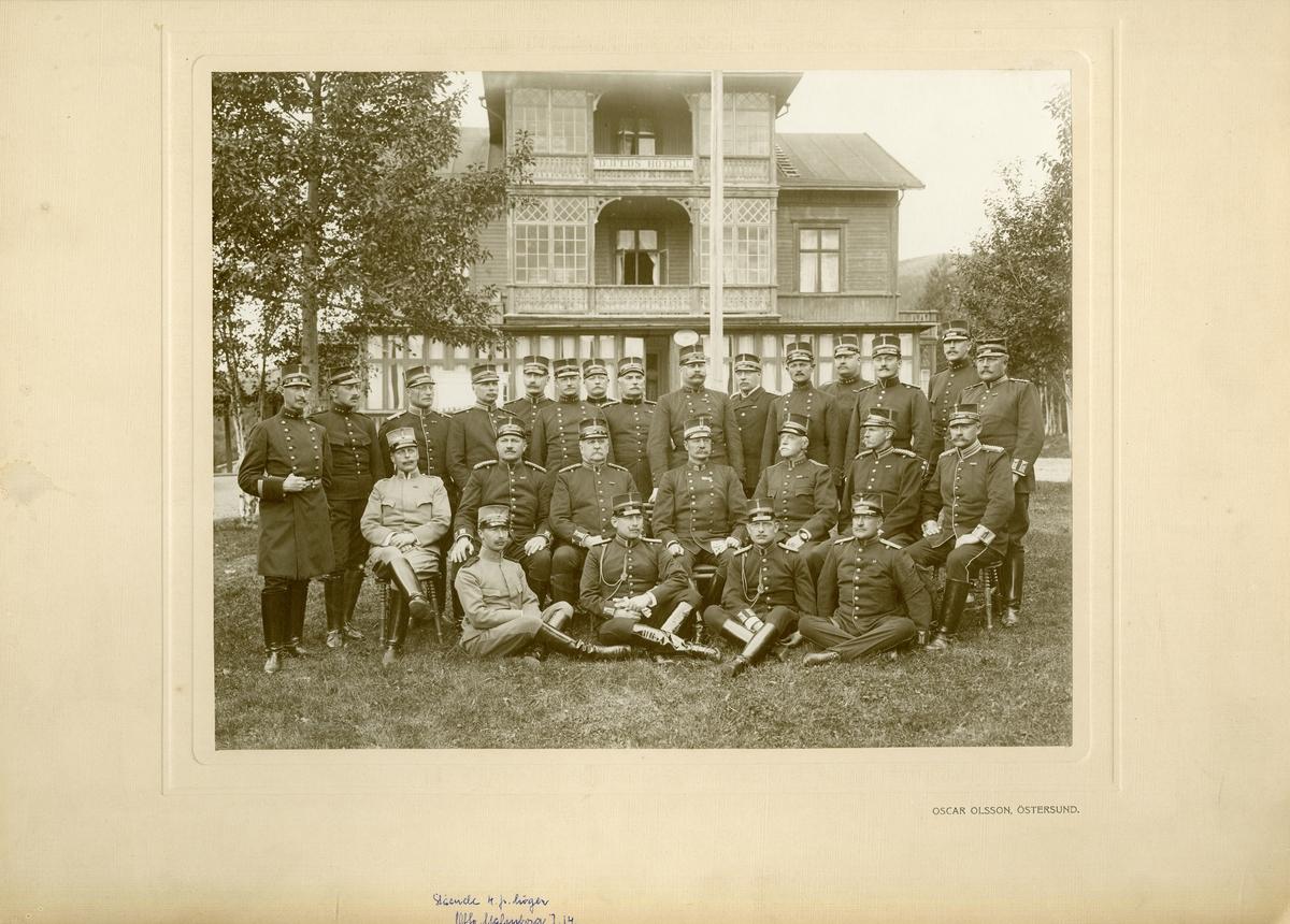 Grupporträtt av officerare från olika regemente.