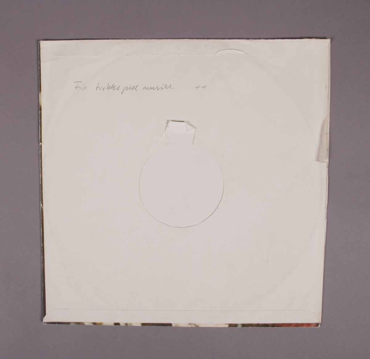 """Grammofonplate i svart vinyl og plateomslag av papir. Plata ligger i en uoriginal papirlomme stemplet """"Angel Records""""."""