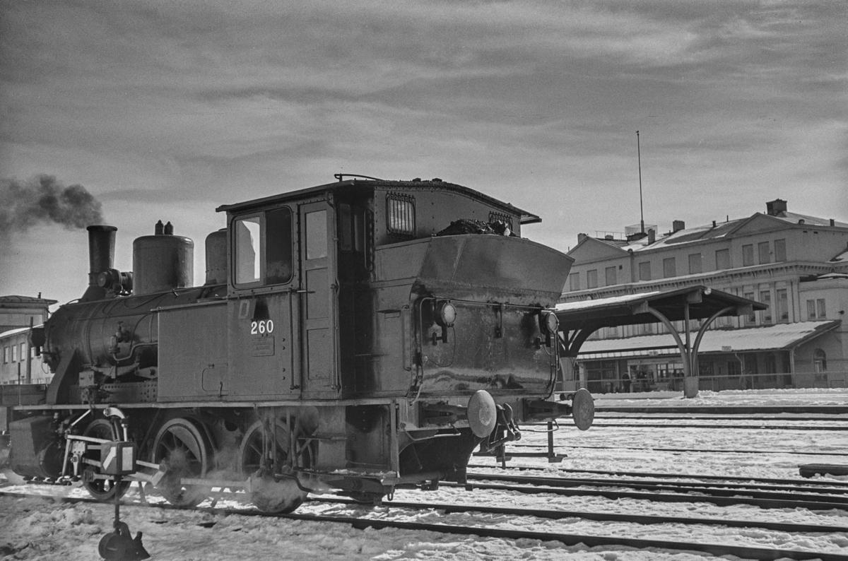 Damplokomotiv type 25a nr. 260 i skiftetjeneste på Trondheim stasjon.