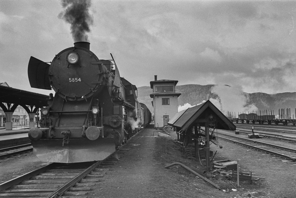 Damplokomotiv type 63a nr. 5854 på Trondheim stasjon.