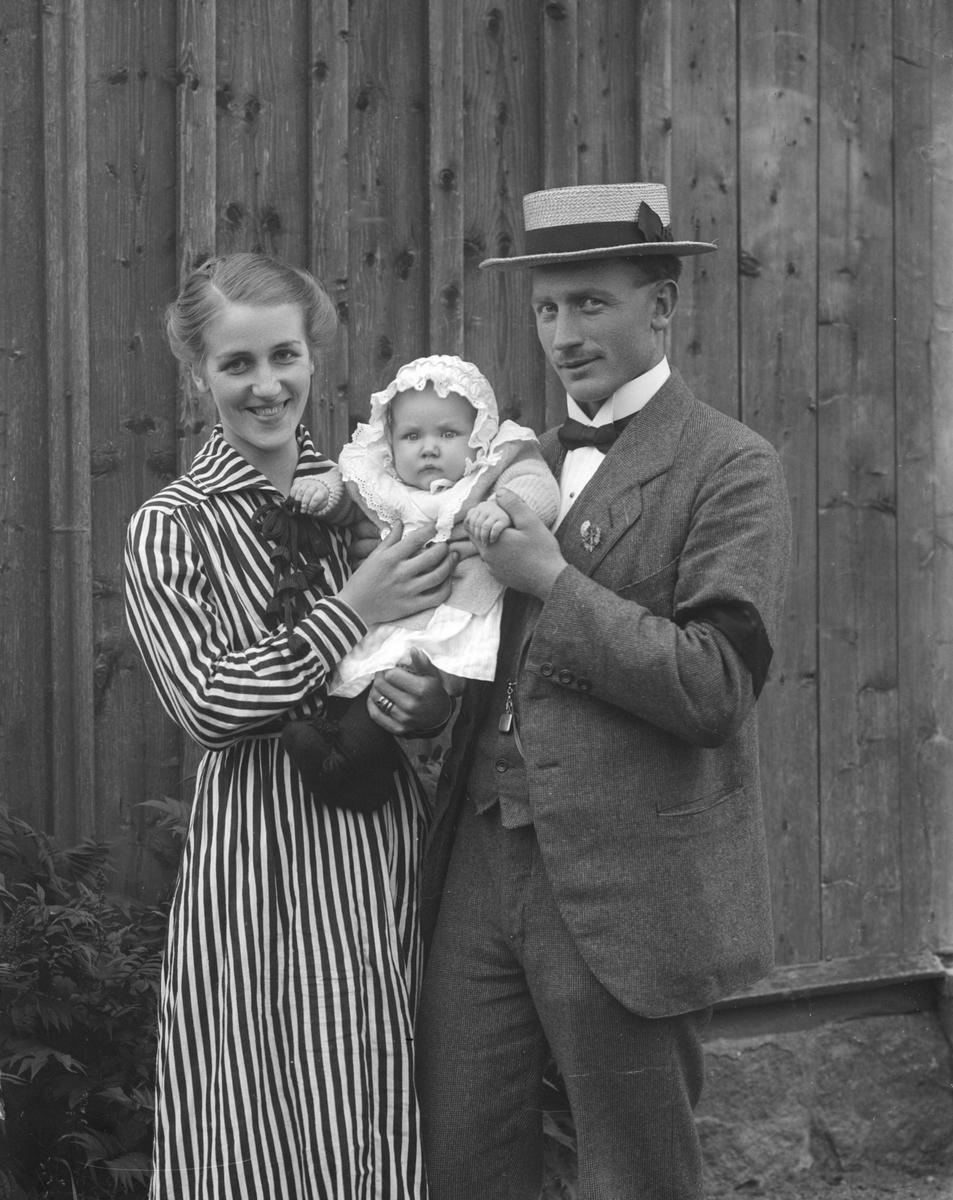 Makarna Artur och Tora Gunhild Elfrida Johansson med barn. Om vi förutsätter att barnet är parets förstfödda, håller de lilla Gunhild Margit Viola född 1919. Paret var bosatta i Botilarp, Svinhult sn.