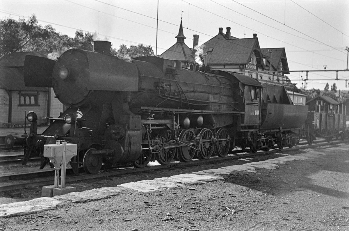 Godstog fra Gjøvik til Oslo på Gjøvik stasjon. Toget trekkes av damplokomotiv type 63a nr. 5573. Dette var et av de siste godstogene trukket av damplokomotiv før Gjøvikbanen ble åpnet for elektrisk drift.