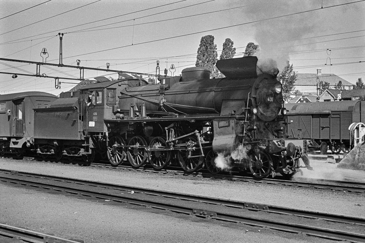 Dagtoget fra Oslo Ø til Trondheim over Røros, tog 301, på Hamar stasjon. Toget trekkes av damplokomotiv type 26c nr. 436.