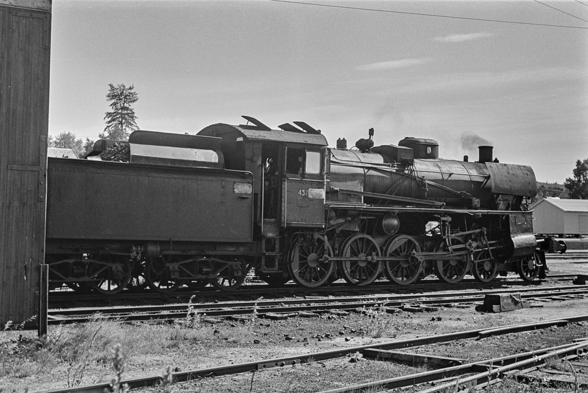 Damplokomotiv type 26c nr. 437 ved lokomotivstallen på Tynset stasjon.