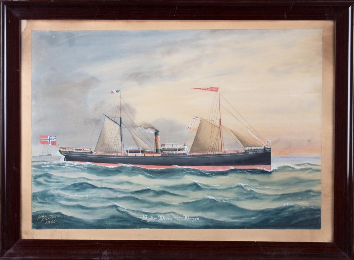 Skipsportrett av DS RAYLON DIXON under fart med seilføring. Kystlandskap i høyre bakgrunn. I bakre mast flagg med X og i fremre mast vimpel med skipets navn. Skipet fører norsk flagg med unionsmerke i akter.