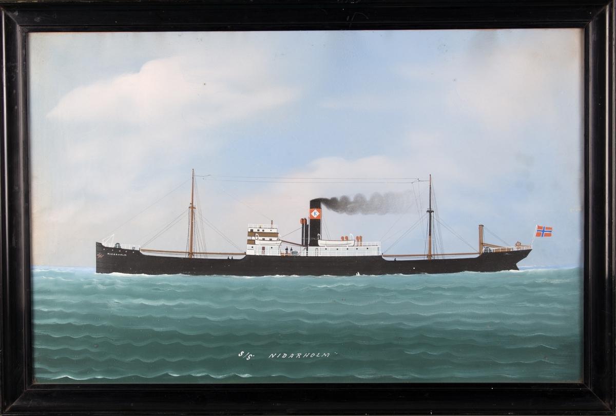 Skipsportrett av DS NIDARHOLM under fart i åpen sjø. Skorsteinsmerke til Krogstad Shipping Ltd. Oslo. Norsk flagg akter.