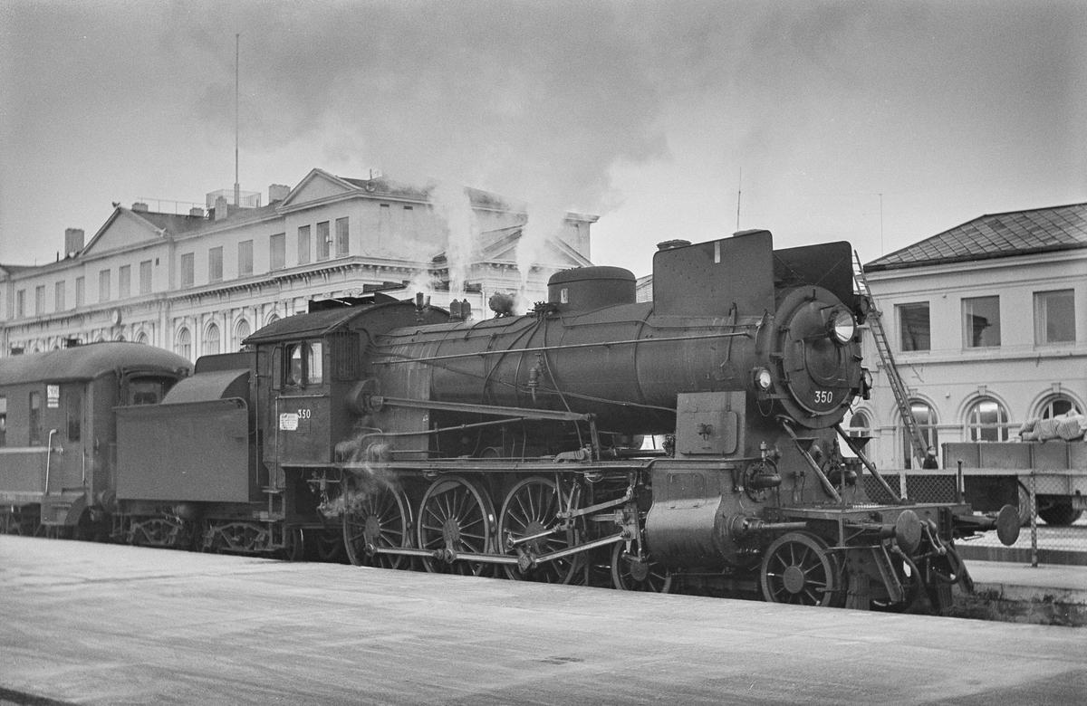 Dagtoget fra Trondheim til Oslo Ø over Røros på Trondheim stasjon. Toget trekkes av damplokomotiv type 26c nr. 350.