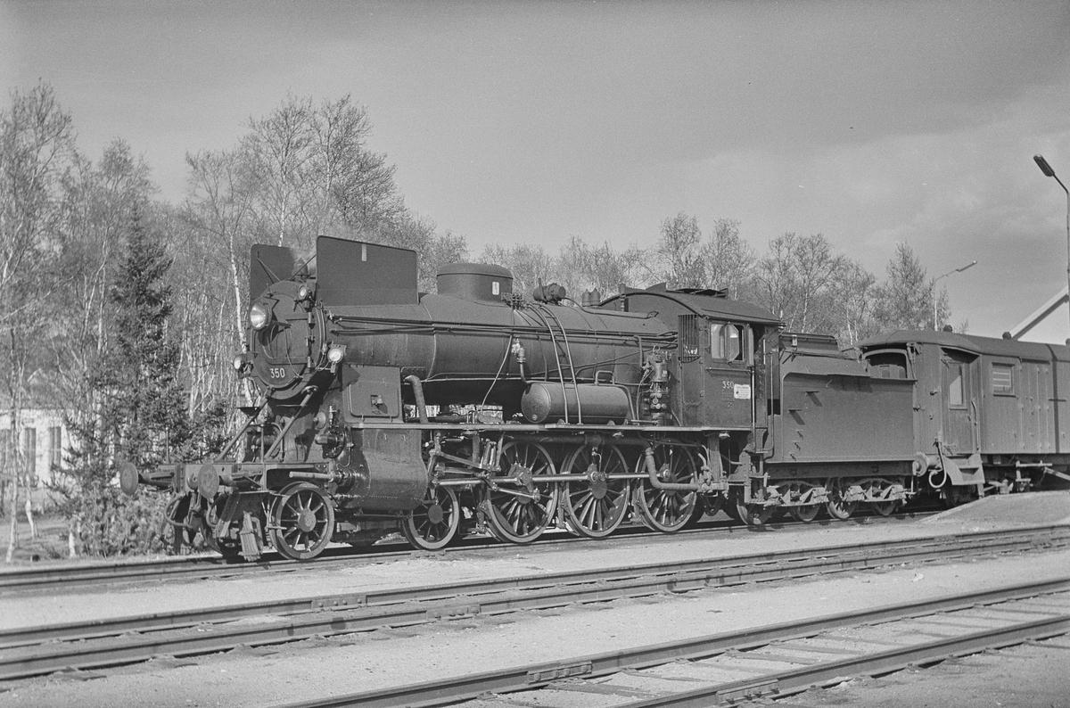 Dagtoget fra Oslo Ø til Trondheim, tog 302, på Røros stasjon. Toget trekkes av damplokomotiv type 30b nr. 350