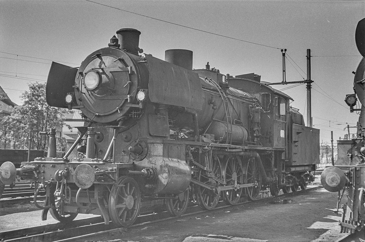 Damplokomotiv type 30c nr. 469 ved lokomotivstallen på Hamar stasjon. .