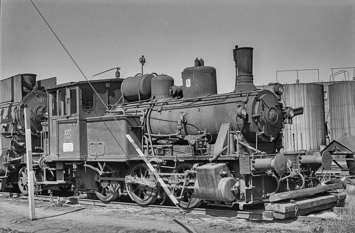 Damplokomotiv type 25a nr. 227 ved lokomotivstallen på Hamar stasjon. .