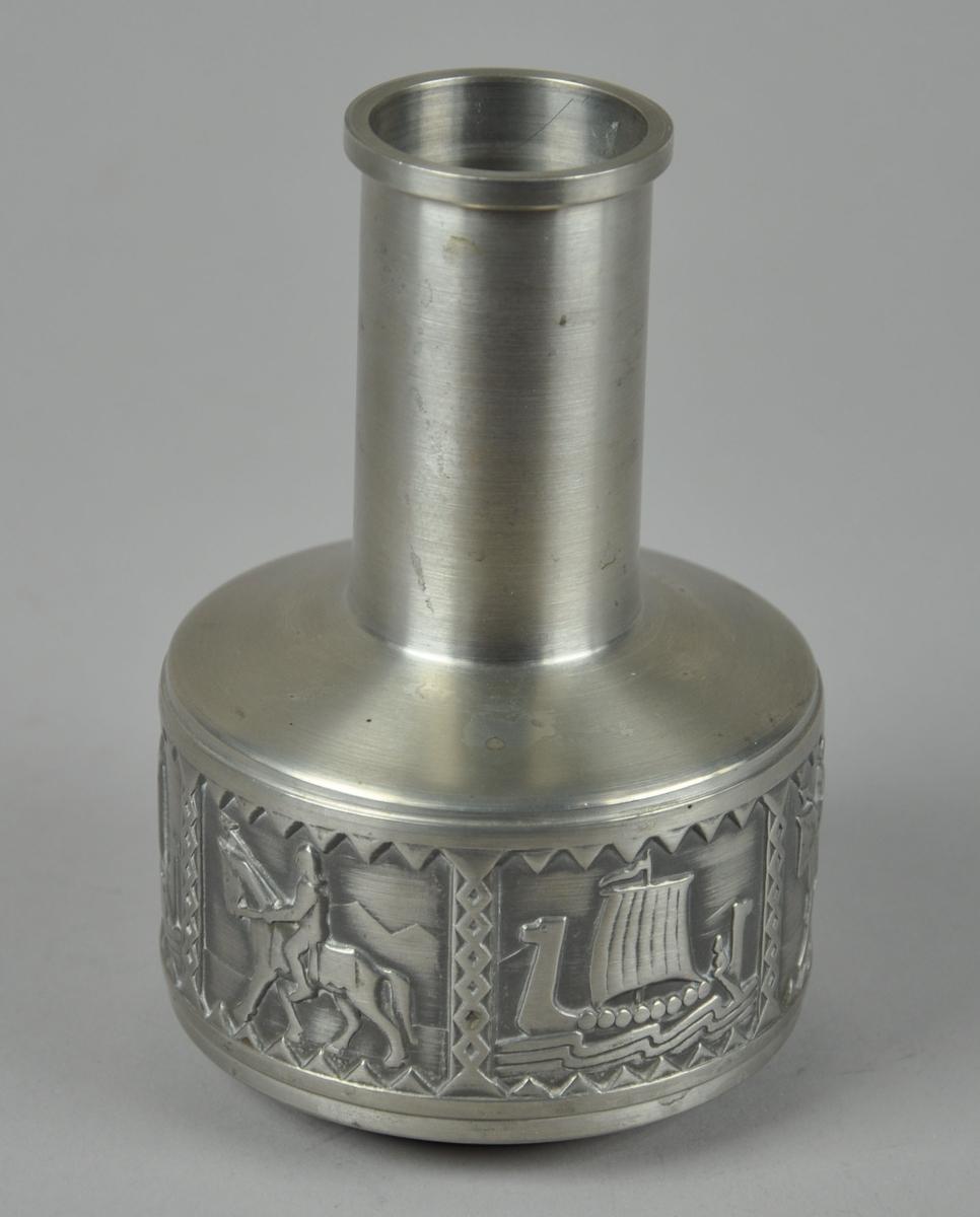 Vase med dekor på korpus. Seks dekorfelt hvorav tre viser et vikingskip og tre en viking til hest.