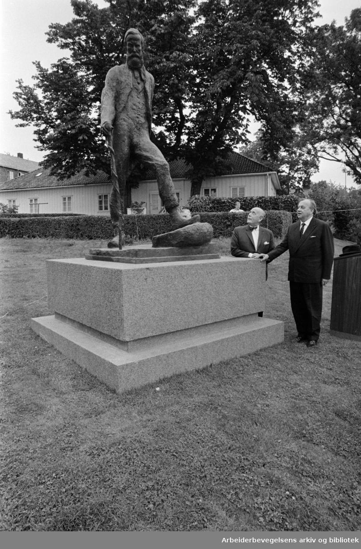 Sogn, Studentbyen. Statuen av Aasmund O. Vinje, utenfor kafeterian, laget av billedhugger Dyre Vaa. September 1968