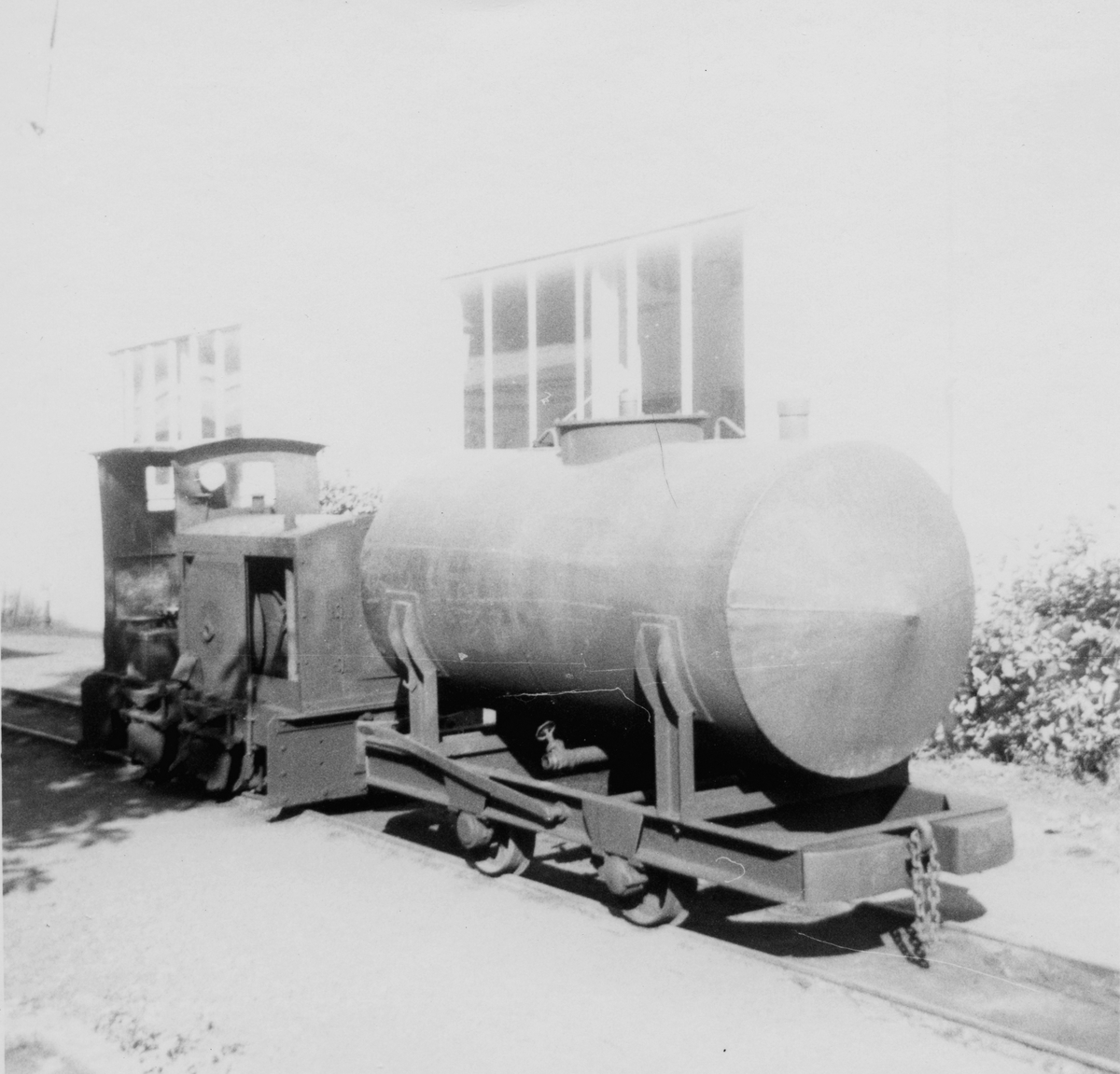 Tankvogn og diesellok på Rekefjordbanen.