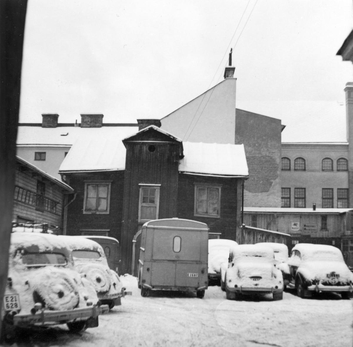 Gårdshus i kvarteret Ankarstocken i Norrköping. Fotografiet taget i samband med Norrköpings stads stiftelse Hyresbostäders rivningsansökan 1958. Idag ligger här p-huset Ankaret.