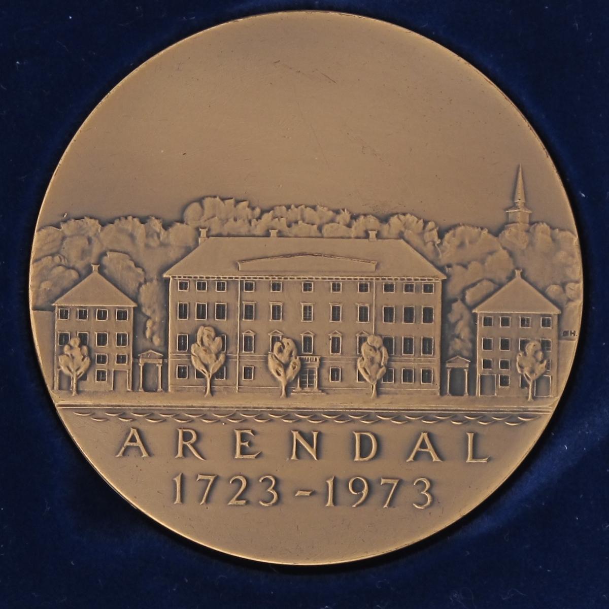 Adv. Arendals byvåpen, tremastet skute. Rev. Arendals rådhus med tekst.