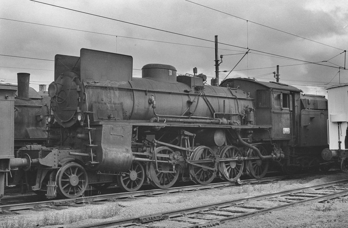 Utrangert damplokomotiv type 26c nr. 435 på Lillestrøm stasjon. Lokomotivet er hensatt og venter på å bli hugget opp.