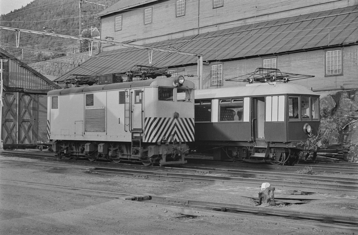 Thamshavnbanens elektriske lokomotiv nr. 1 og Kongevognen.