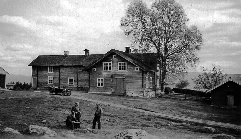Gården Tvengsberget, Norge. Mannen till höger är Olaf Lindtorp, född i Lindtorpet 1877.