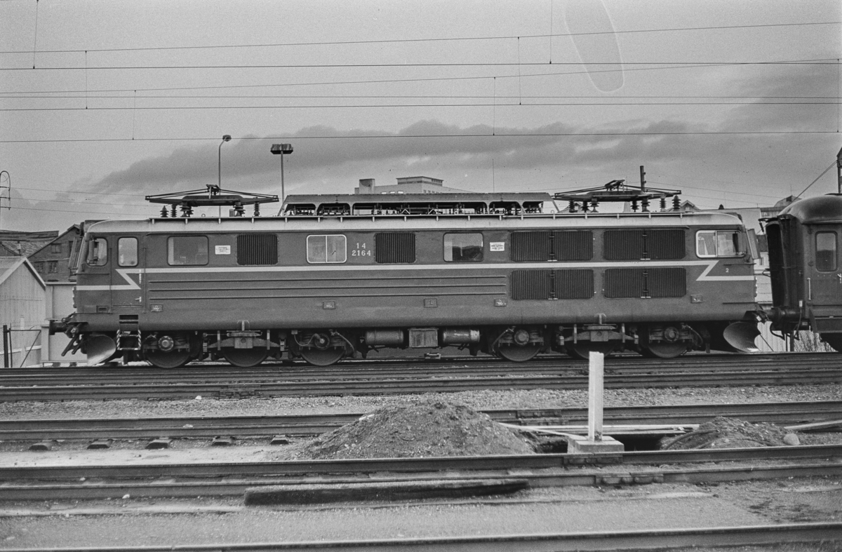 Elektrisk lokomotiv type El 14 nr. 2164. Lokomotivet var kjørt til Trondheim kort før åpningen av Dovrebanen for elektrisk drift.