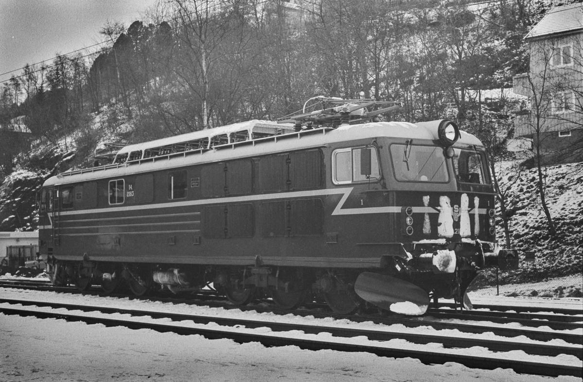 Elektrisk lokomotiv type El 14 nr. 2183. Lokomotivet har ankommet Trondheim kort tid før åpningen av Dovrebanen for elektrisk drift.