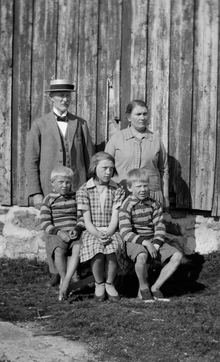 Et par med tre barn.