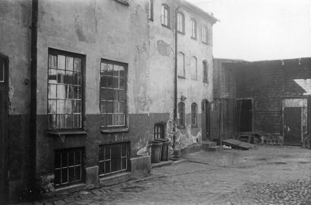 Gårdsinteriör från Repslagaregatan 25 i kvarteret Tunnan, Norrköping. Fotografiet taget i samband med rivningsansökan 1953. Vy mot nordväst.