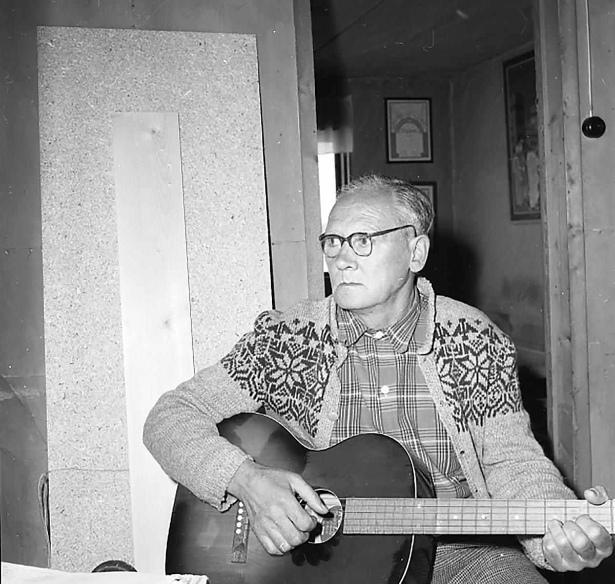 D. Danielsen med gitar,Osen