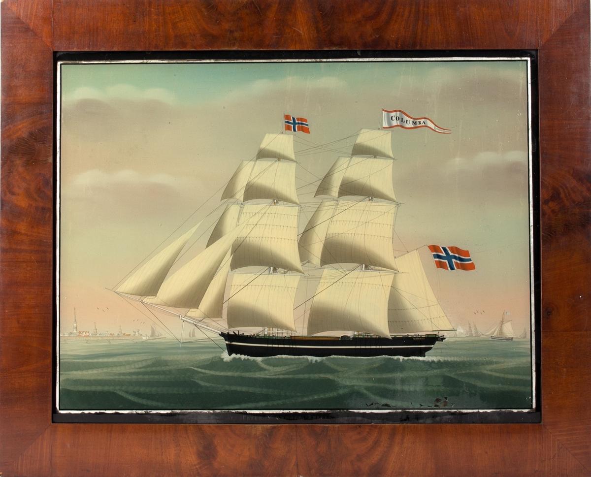 Underglassmaleri av brigg COLUMBA. Til venstre i motivet sees vindmøllene ved den nederlandske byen Vlissingen. Skipet fører rent, norsk flagg på fortoppen, og navnevimpel på mesanmasten. Til høyre i motivet sees flere mindre skip i horisonten. 7 mann på dekk.