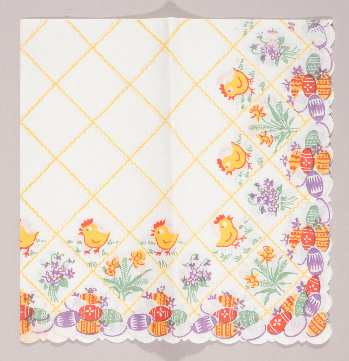Skrårutete gult mønster. Kyllinger, lilla blomsterbuketter, påskeegg i mange farger.