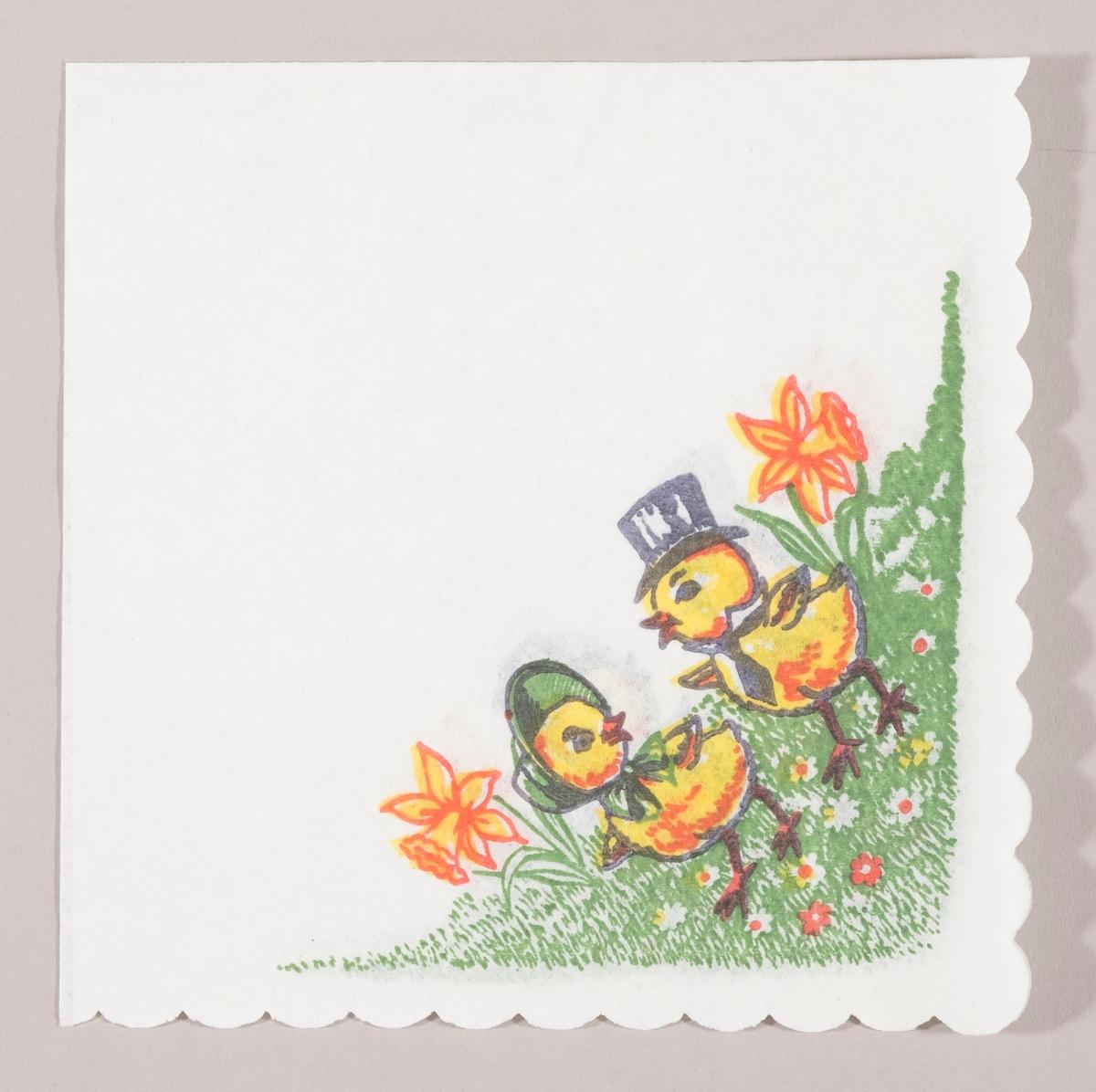 En kylling med kysehatt og en kylling med høy herrehatt og slips går på en gressplen med påskeliljer og små hvite, røde og gule blomster.