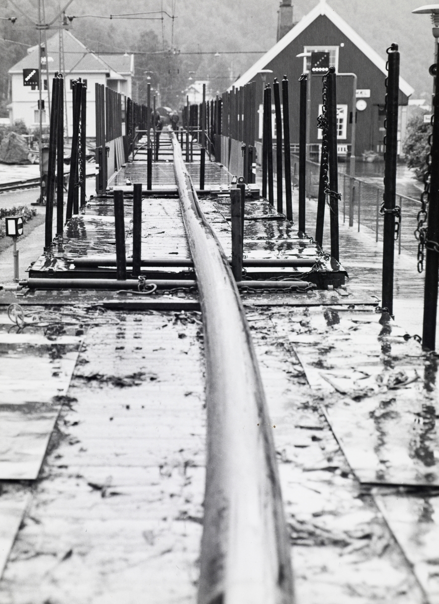 Fra fergeleiet på Mæl stasjon på Rjukanbanen. Transport av lang kabel.