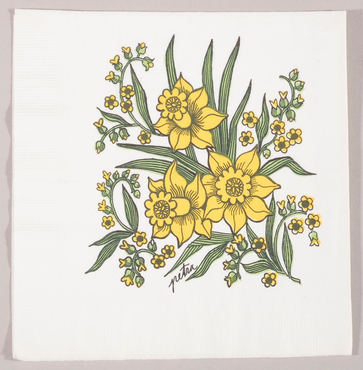En bukett med påskeliljer og små gule blomster.