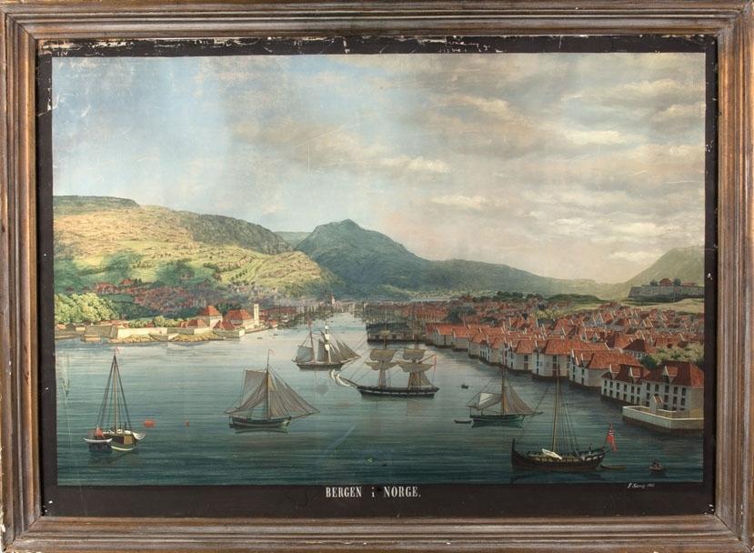 Vågen i Bergen, med utsikt mot Ulrikken. Bebyggelsen på Nordnes til høyre i motivet, og Bergenshus festning med Håkonshallen og Rosenkrantztårnet til  venstre. På sjøen ligger ulike mindre seilskip.