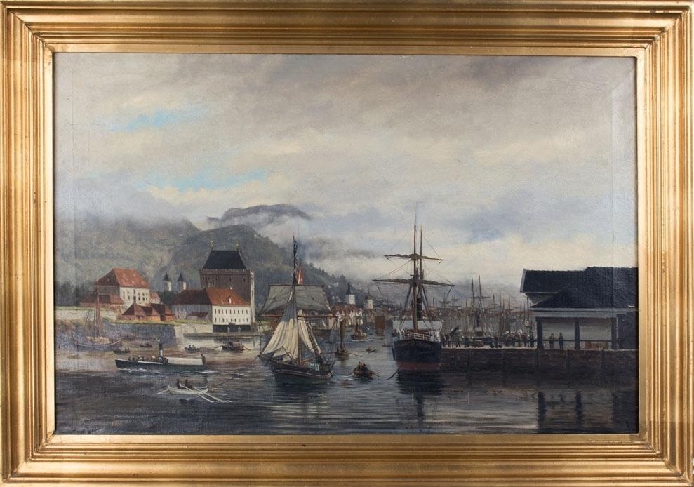 Vågen i Bergen sett fra Nordnes mot Vågsbunnen og Håkonshallen. Lavt skydekke, Sandviksfjellene skimtes. Vågen er full av ulike seilskip.