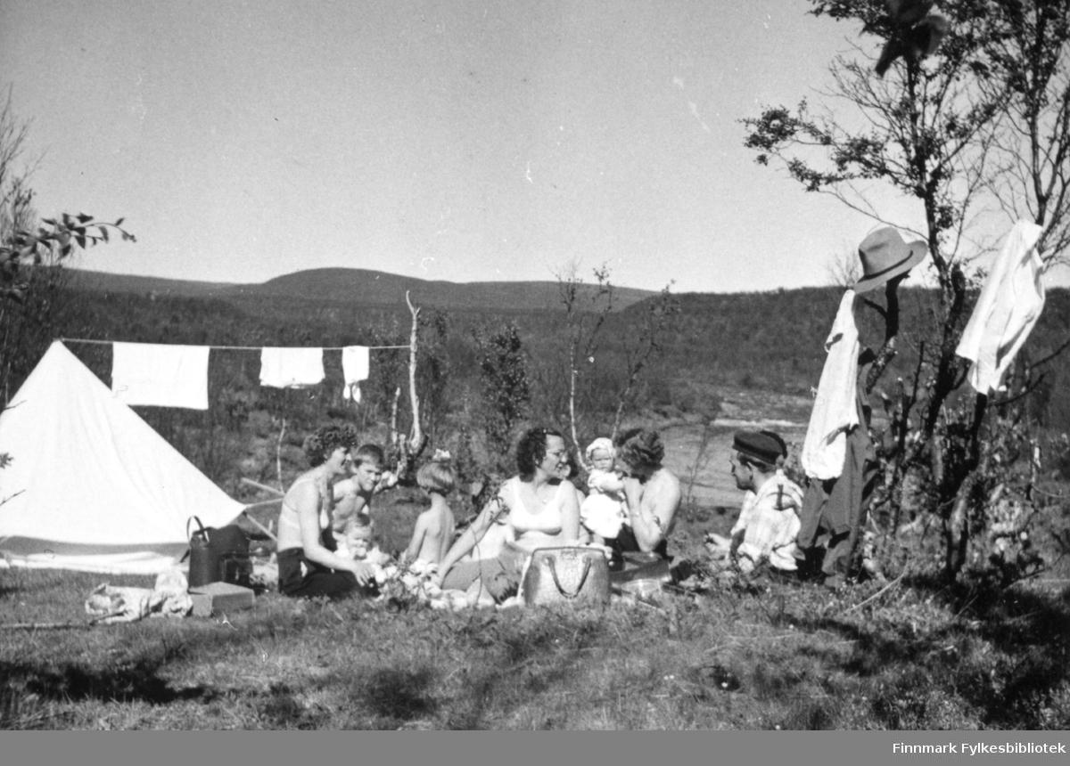 Jakobselvdalen 1958. Campingliv med telt.  Familiealbum tilhørende familien Klemetsen. Utlånt av Trygve Klemetsen. Periode: 1930-1960.