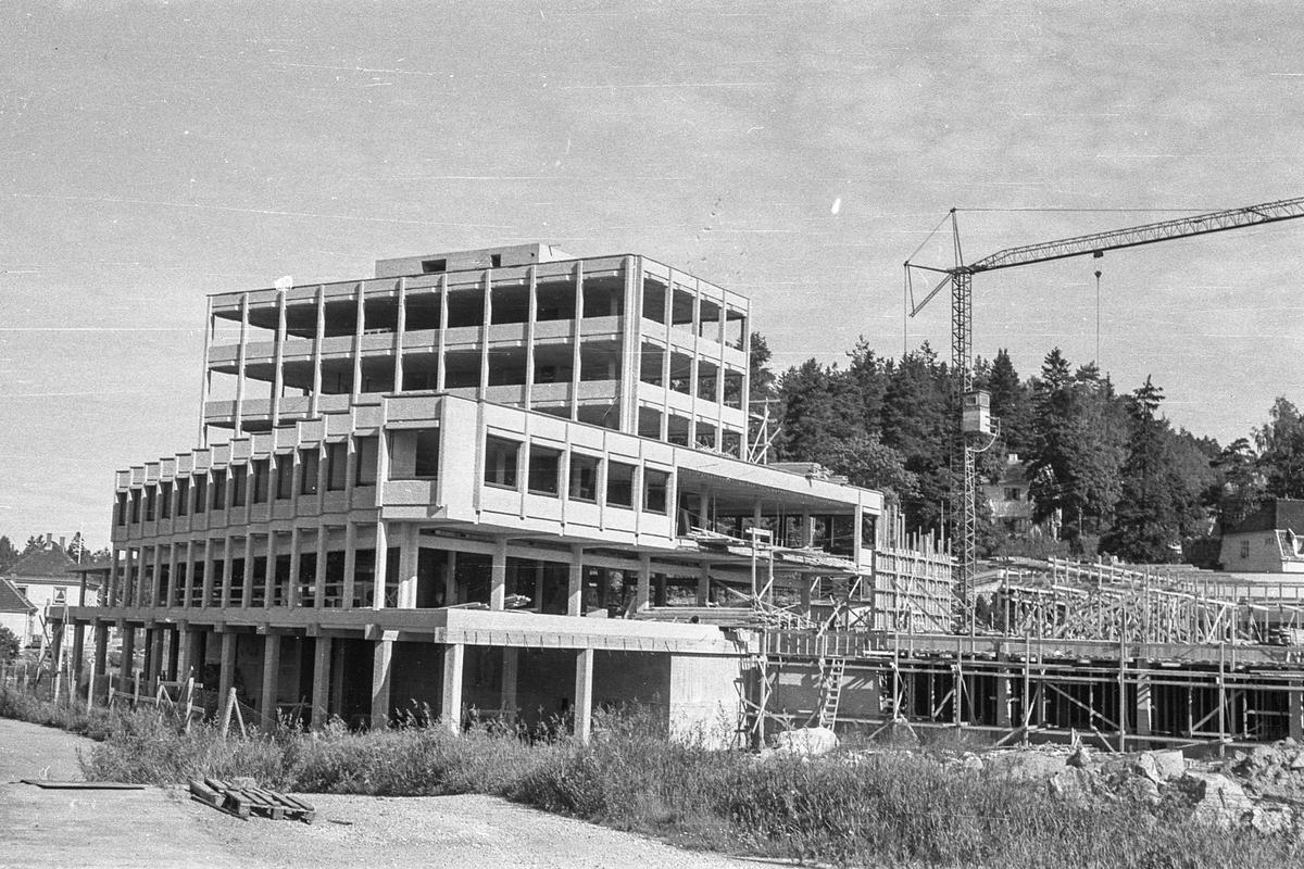 Sentrumsbygget på Kolbotn. Erik Bonde Hansen og E Sundts forretningsgård. Under bygging.