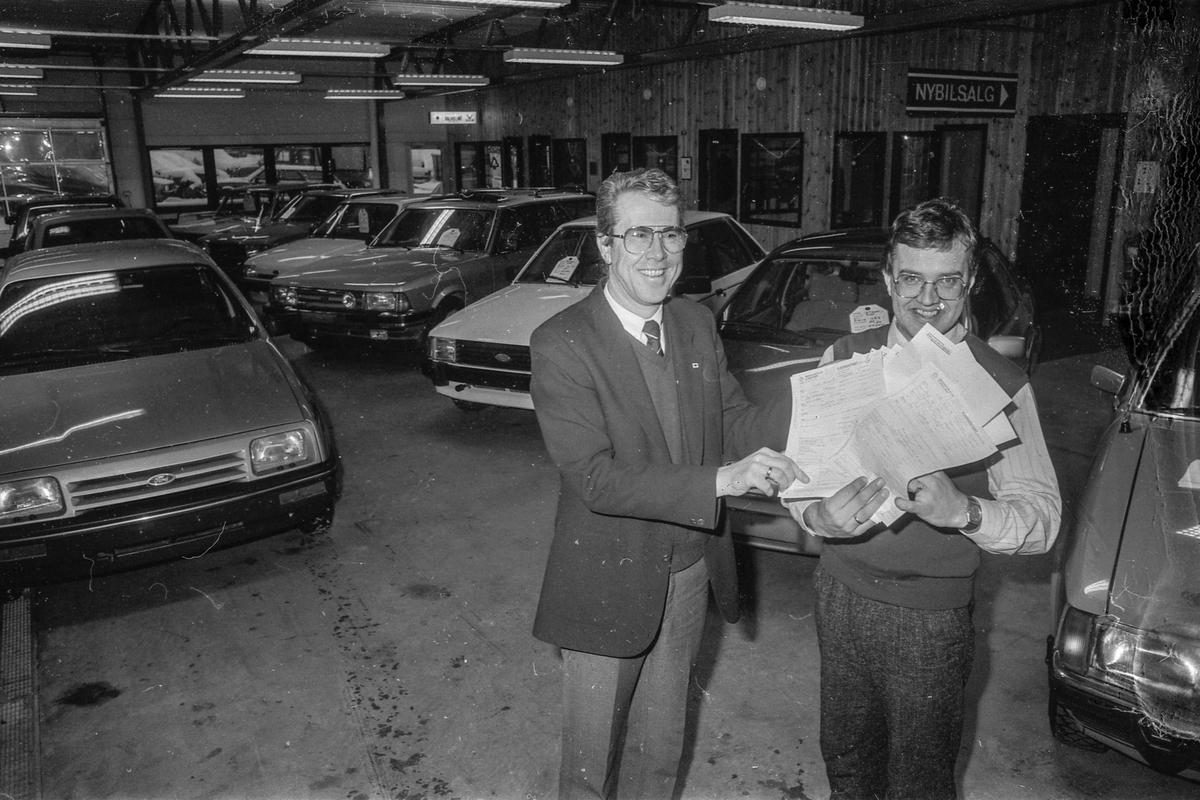 Follo Autoco A/S Rekordår for bilbransjen. Avdelingssjef Per Egil Gåseide og salgskonsulent Arnt W. Nygård jubler over salget.