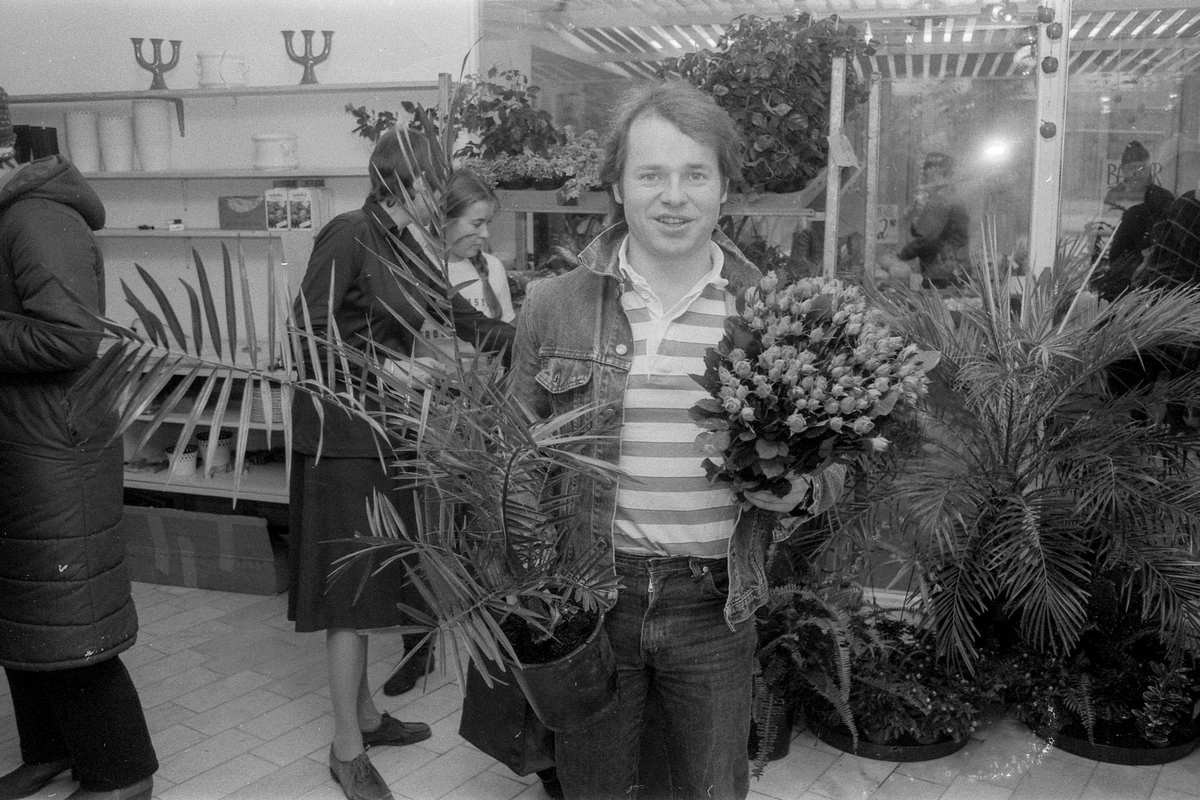 Lars Frukt og Grønnsaker har utvidet til også å ha blomster, inn i nye og større lokaler med sine grønnsaker og sin frukt