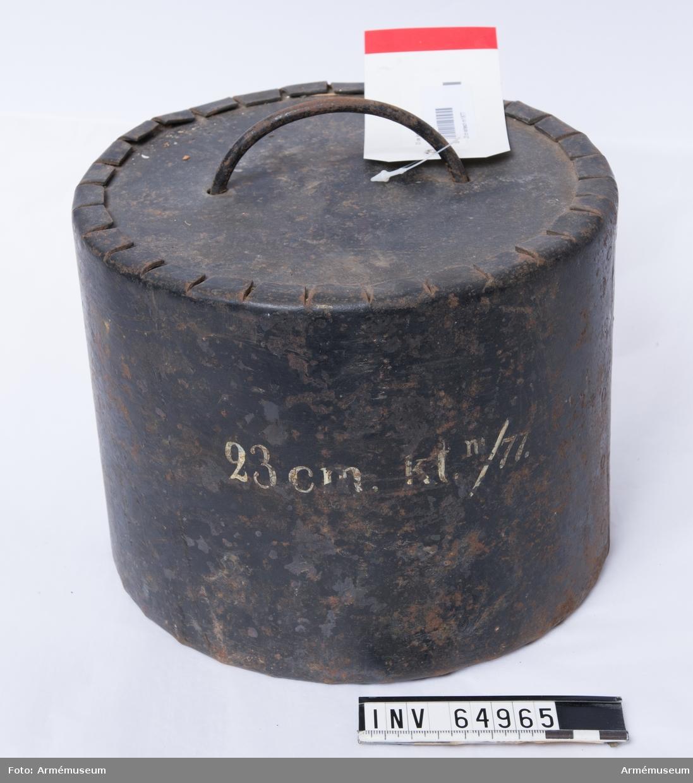 Grupp F II.  23 cm kartesch m/1877 för slätborrad bombkanon. Karteschen består av en dosa av järnbleck med lock och botten (fungerar som drivspegel) av gjutjärn. Den är antingen fylld med 108 st 36 mm (12-lödiga) eller 229 st 27 mm (6-lödiga) gjutjärnskulor, mellanrummet är fyllt med sågspån. 2019-11-25 EW