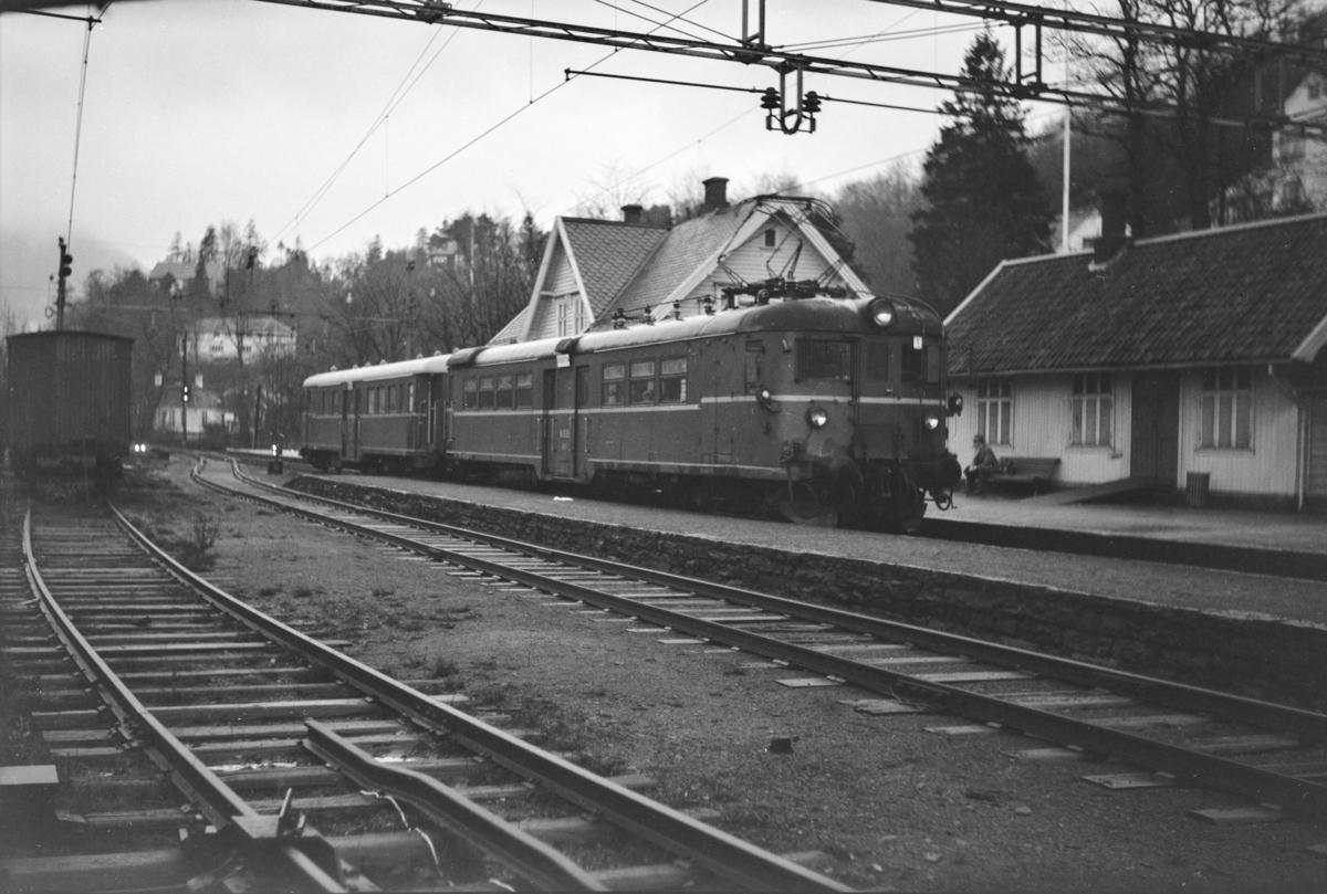 Lokaltog retning Bergen, tog 649, på Fjøsanger stasjon. Elektrisk motorvogn Bmeo 65 57 og styrevogn BFo4b nr. 18655.