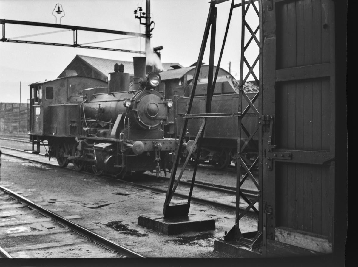 Damplokomotiv type 25b nr. 340 (til venstre)  og type 33a nr. 300 i Bergen.