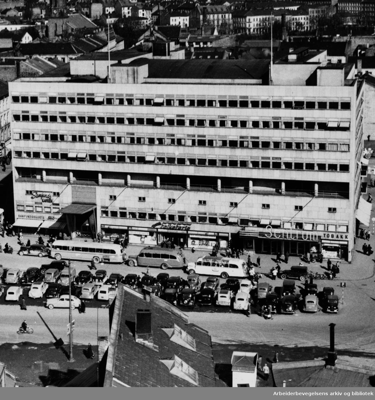 Oslo: Arbeidersamfundets plass. August 1955