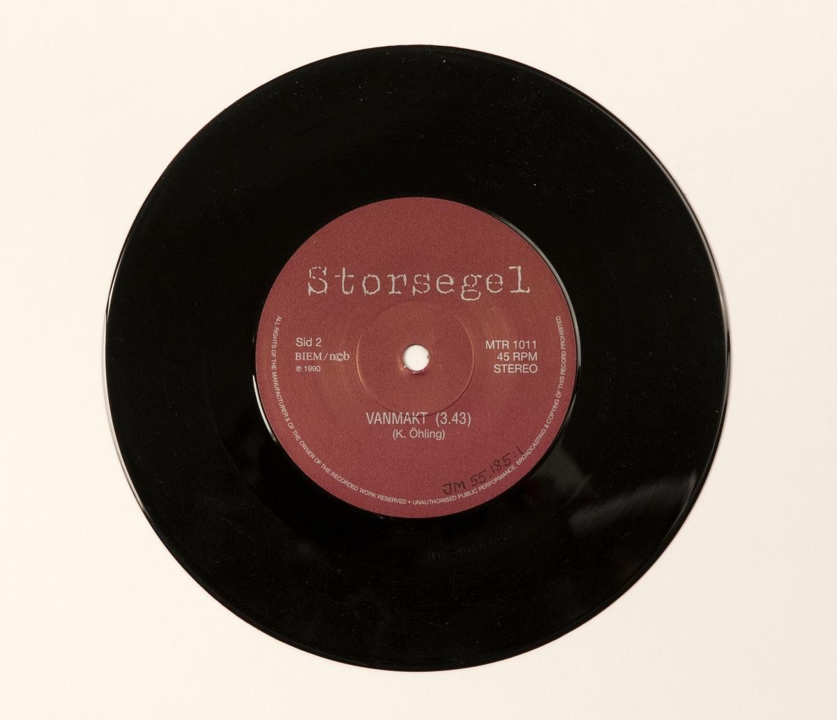 Singel-skiva av svart vinyl med rost-brun pappersetikett, i omslag av vikt, styvt papper, i plastficka. Inne i omslaget finns löst blad av papper med tryckta låttexter.  Innehåll Sid 1: Sista bussen Sid 2: Vanmakt  JM 55185:1, Skiva JM 55185:2, Omslag/vikt papper JM 55185:3, Plastficka JM 55 185:4, Löst blad