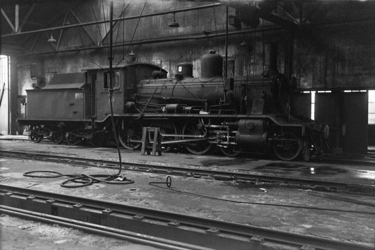 Damplokomotiv type 18c nr. 233 i lokomotivstallen på Marienborg.