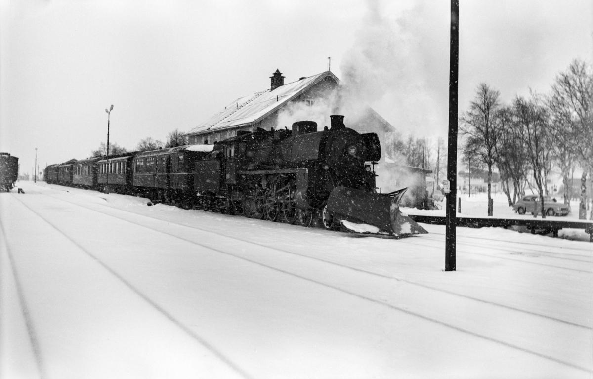 Dagtoget fra Trondheim til Oslo Ø, tog 302, på Røros stasjon. Toget trekkes av damplok type 26c nr. 432.