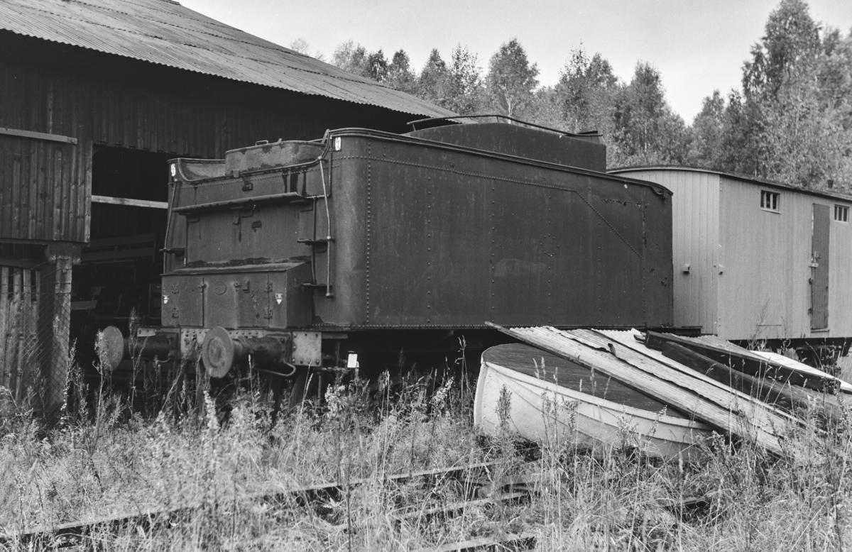 Tenderen fra et utrangert damplokomotiv type 61a, trolig nr. 2397.