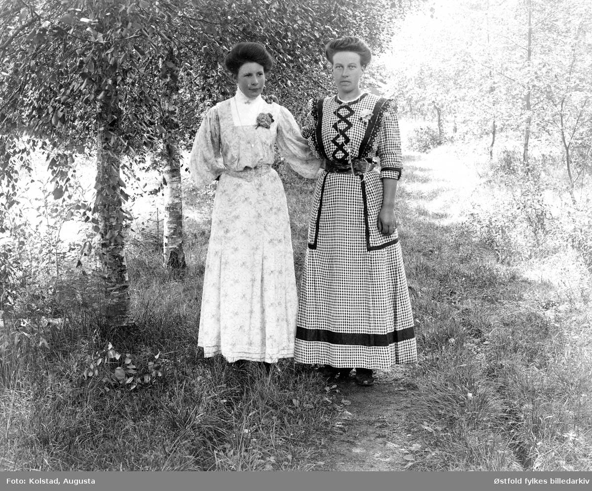 Portrett av to kvinner, utendørs. Damen til høyre er Edle Hansen Solvold, fra Askim.