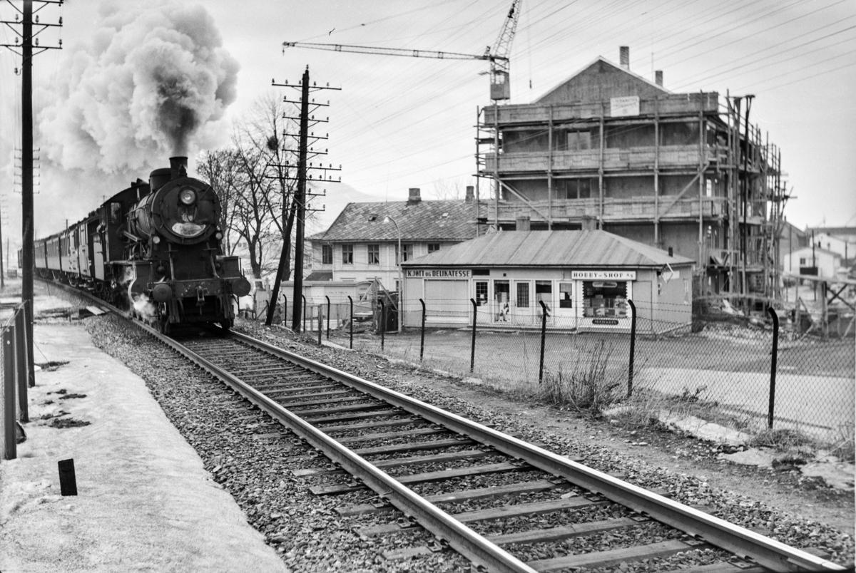 Tog 457 fra Trondheim til Grong ved Lademoen. Toget trekkes av damplokomotiv type 30b nr. 357.