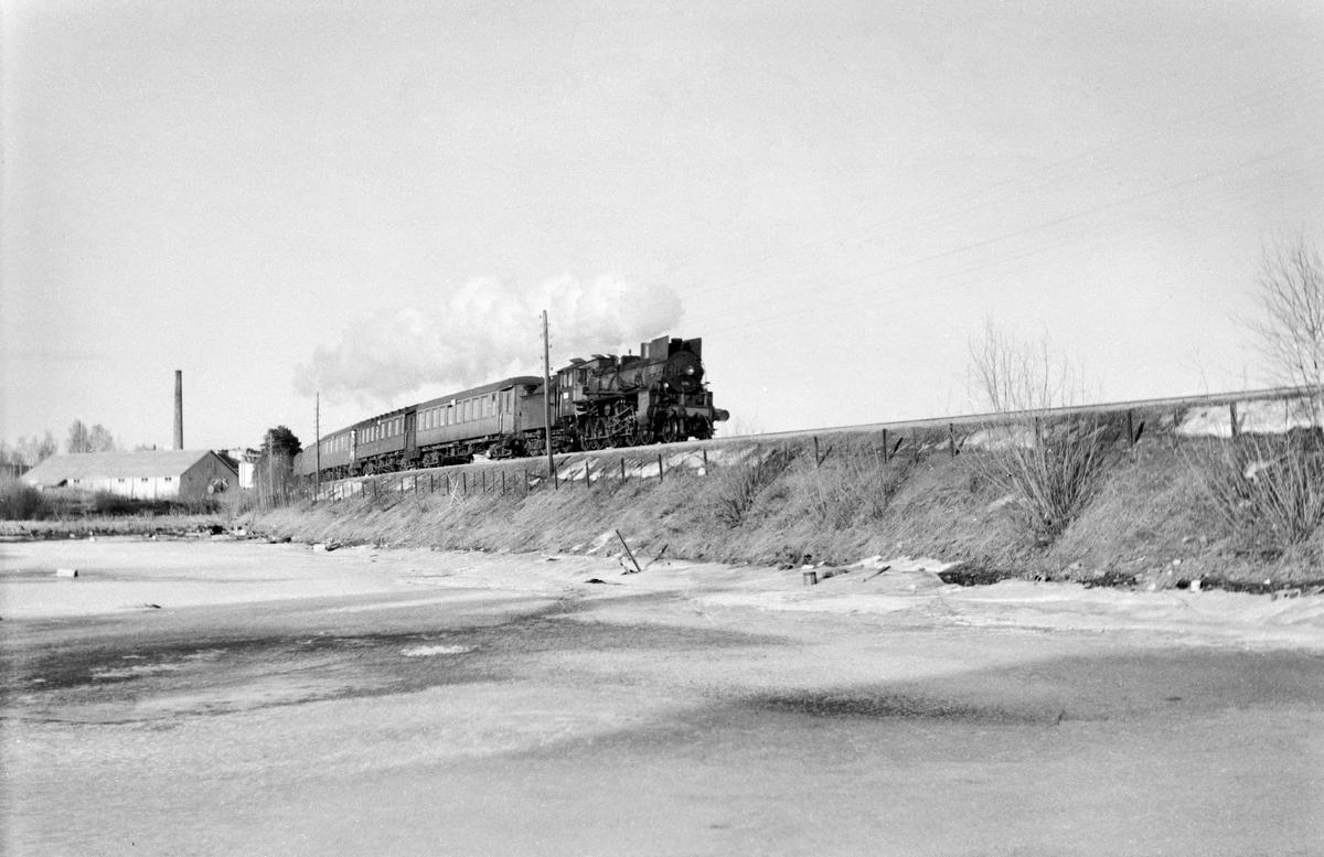 Ekstratog 7334 fra Røros i forbindelse med hjemreisen fra påskeferie 3. påskedag, ved Åkersvika Hjellum og Hamar. Toget trekkes av damplokomotiv type 26c nr. 434.
