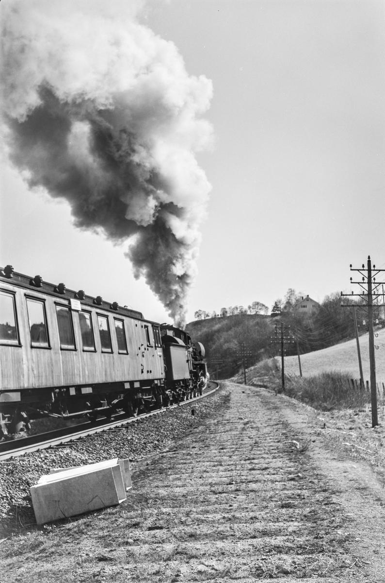 Forstadstog nr. 1726 fra Trondheim til Støren ved Stavne. Toget stoppet på alle stasjoner og holdeplasser og brukte 1 1/2 time til Støren. Toget trekkes av damplokomotiv type 26c nr. 413.